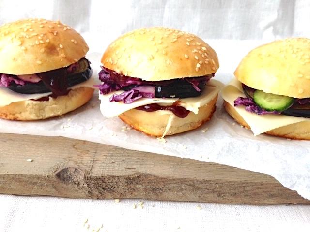 Veggie Burger mit Rotkraut und fluffigen Buns