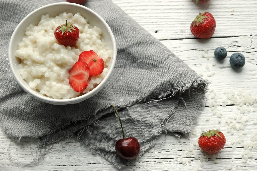 Milchreis mit Früchten | Kindheitserinnerungen in einer Schüssel