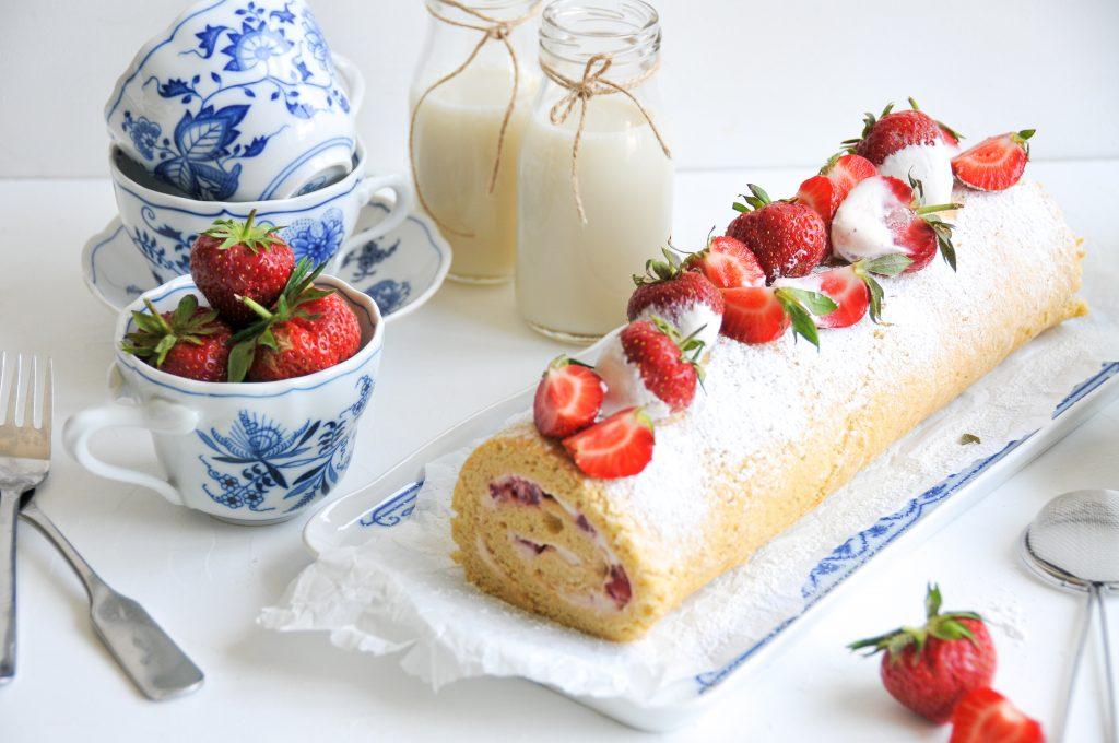 Biskuitroulade mit fruchtiger Erdbeeren Creme