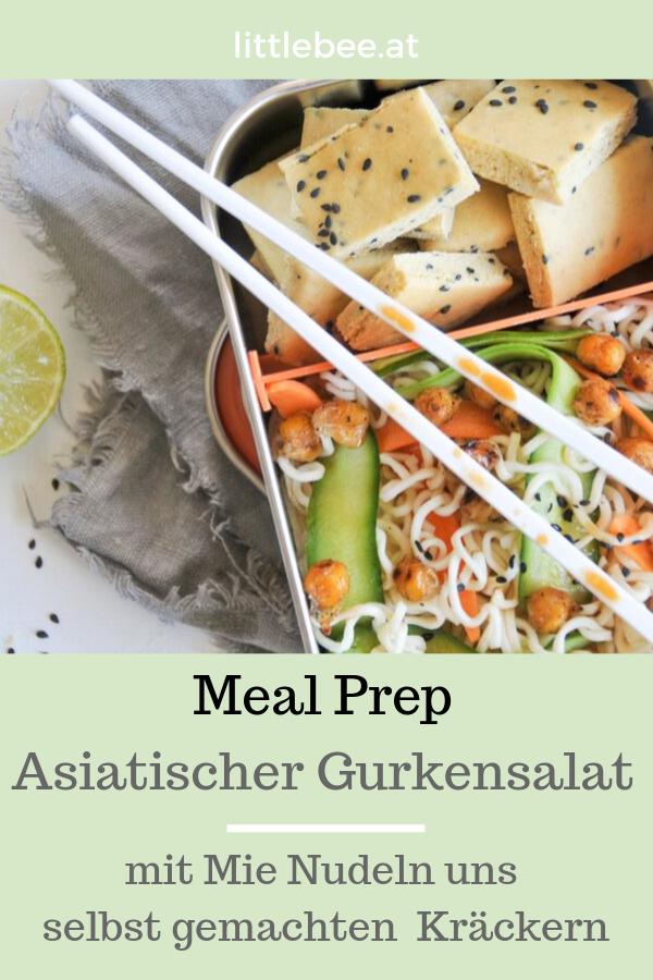 Asiatischer Gurkensalat mit Nudeln und selbst gemachten Kräckern