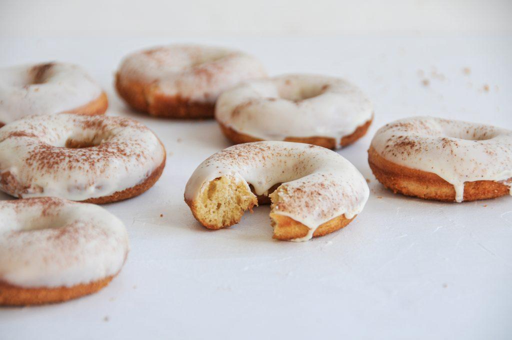 Donuts aus dem Backofen | fluffige Leckereien mit Schokoguss