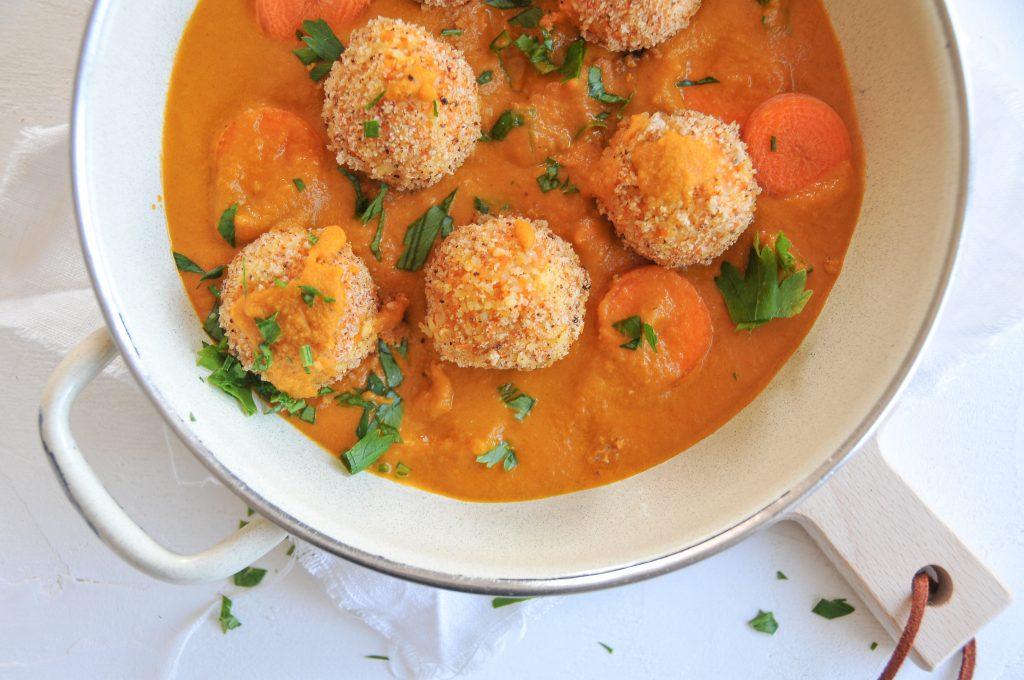 vegane Karottenbällchen mit Bulger und Gemüsesauce