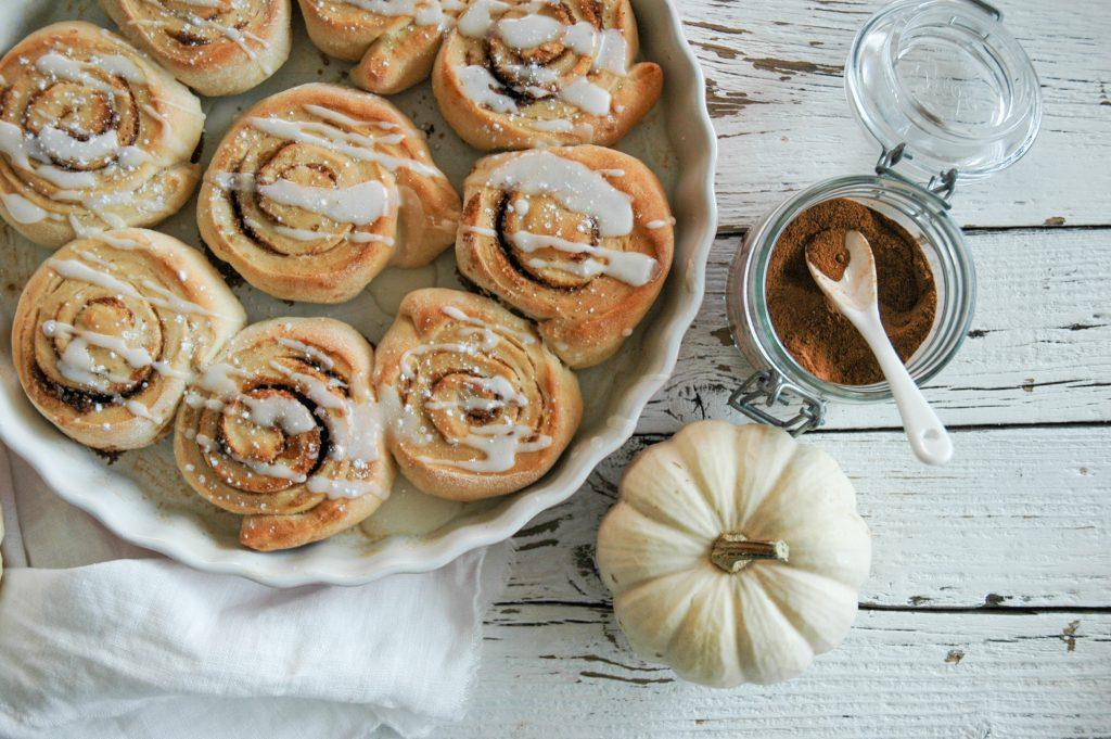 Pumpkin Spice Zimtschnecken mit Zuckerguss