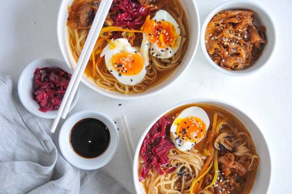 Ramen selbst gemacht | asiatische Suppe mit Nudeln und karamellisiertem Kimchi