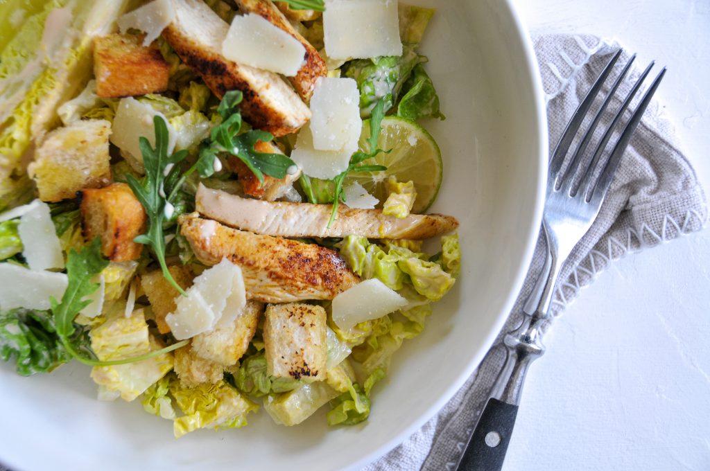 chicken-cesar-salad-lieblingssalat-mit-cremige-sauce