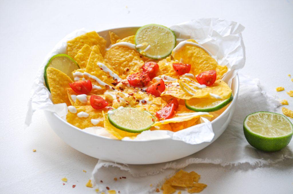 nachos-mit-kaesesauce-homemade-snacks-fuer-den-perfekten-fernesehabend